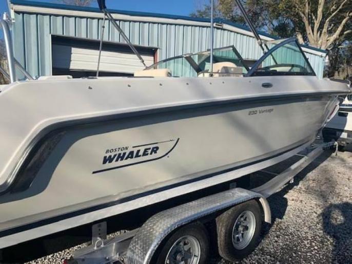 2015 Boston Whaler Vantage 300hp 4 stroke 280hrs